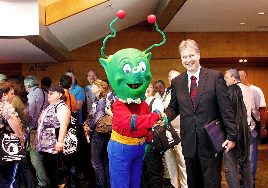 PHANTASTIKA-Veranstalter Mike Hillenbrand begrüßt einen Außerirdischen auf einer ähnlichen Veranstaltung.